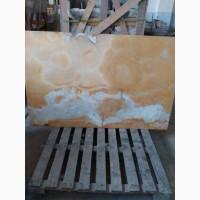 Слябы Оникса с подсвечиванием в убранстве жилища или офиса